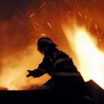 Intervenție a pompierilor din Alba Iulia, după ce acoperișul unei case din Zlatna a fost cuprins de flăcări