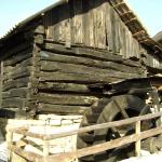 """Moara pe apă – exponat de referinţă al Muzeului """"Achim Emilian"""" din Almaşu Mare"""