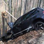 Șofer de 31 de ani din județul Timiș rănit ușor după ce a ratat o curbă și s-a izbit de un arbore pe DN 74, la Dealu Mare