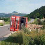 Un camion care transporta piatră s-a răsturnat pe DN 75, în apropiere de drumul catre localitatea Valea Mică
