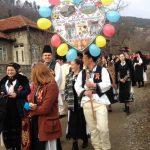 """Paradă a tinerilor îmbrăcați în costume populare, la prima ediție a sărbătorii """"Dragobetele sărută fetele!"""", de la Ampoița"""