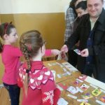 """Elevii din Meteș au confecţionat mărţisoare, care au fost puse spre vânzare la """"Târgul Mărțișorului"""""""