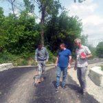 Patru tronsoane de drum comunal din Meteș, reabilitate recent cu bani de la Guvernul României, verificate de primarul și viceprimarul comunei